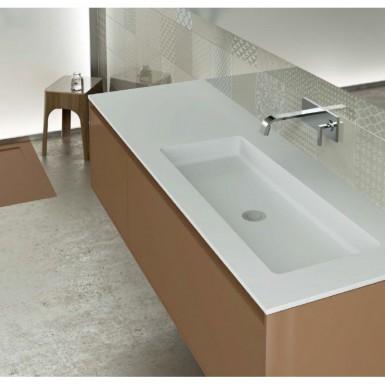Salle de bain moderne meublée avec un plan vasque